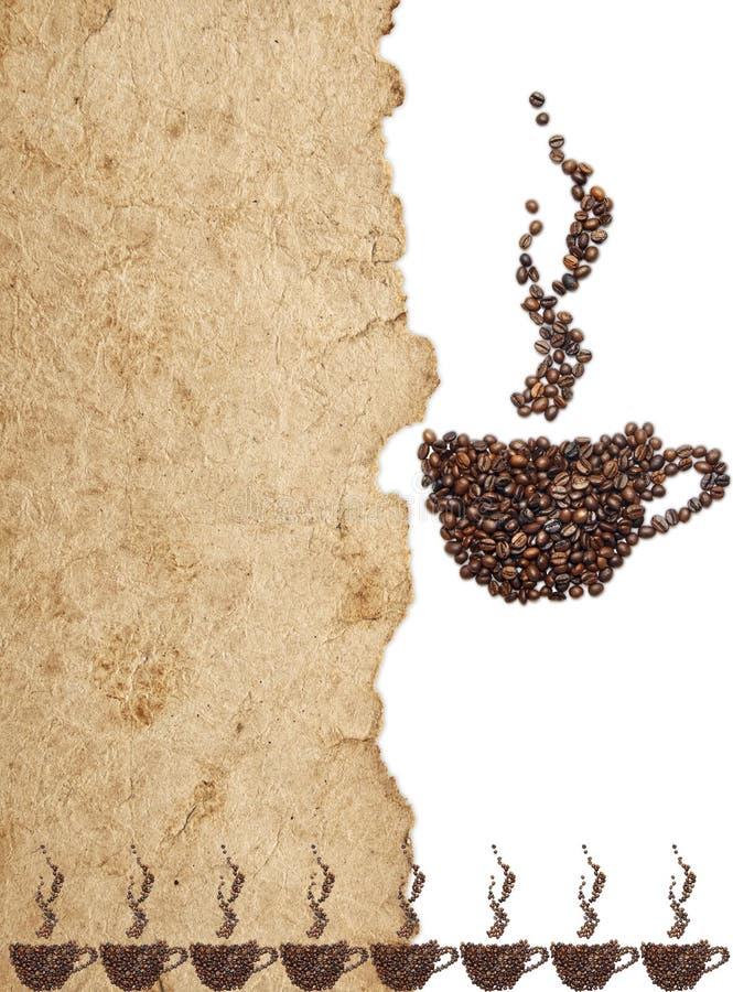 Granos de café en el papel de pergamino viejo fotografía de archivo