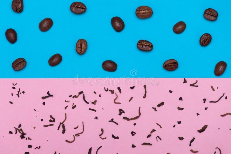 granos de café en fondo azul y té seco en fondo rosado Concepto del té o del café fotografía de archivo