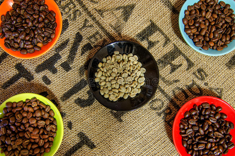 Granos de café en la tabla y el coffe de la asación de la fase fotografía de archivo