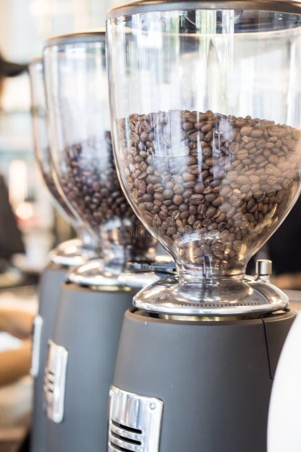 Granos de café en máquina Herramientas del ` s de la cafetería foto de archivo