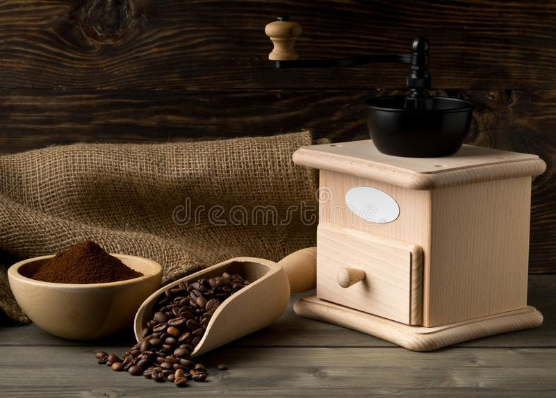 Granos de café en café de madera del cucharada y molido con el grano de café imagenes de archivo