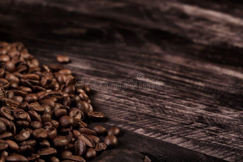 Granos de café en tablón de madera imágenes de archivo libres de regalías