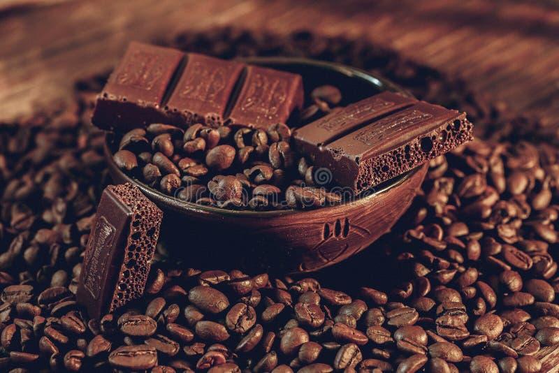 Granos de café en un cuenco de barras de chocolate imagen de archivo libre de regalías