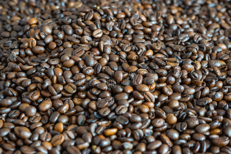 Granos de café en un montón foto de archivo