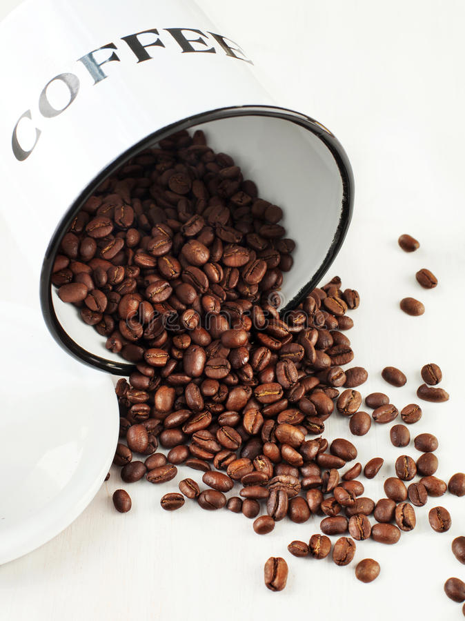 Granos de café en un tarro imagenes de archivo