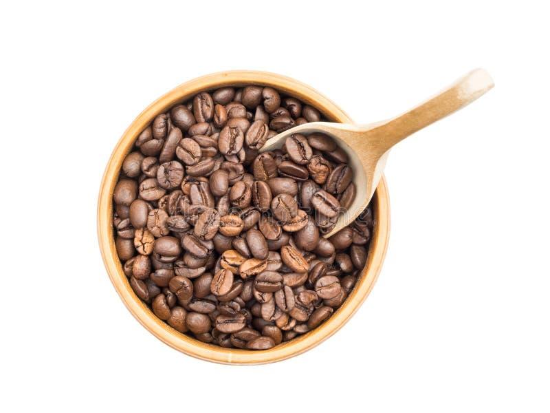Granos de café en un tazón de fuente de madera imagenes de archivo