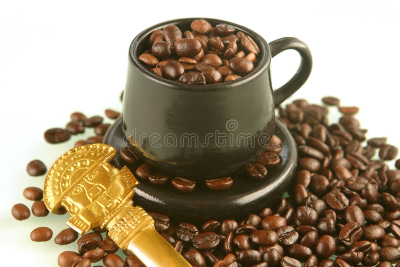 Granos de café en una taza foto de archivo libre de regalías