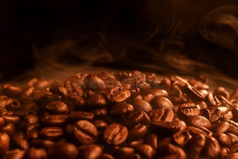 Granos de café fritos fragantes, primer fotografía de archivo