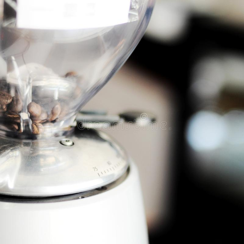 Granos de caf? indonesios dentro de la m?quina de pulir fotografía de archivo