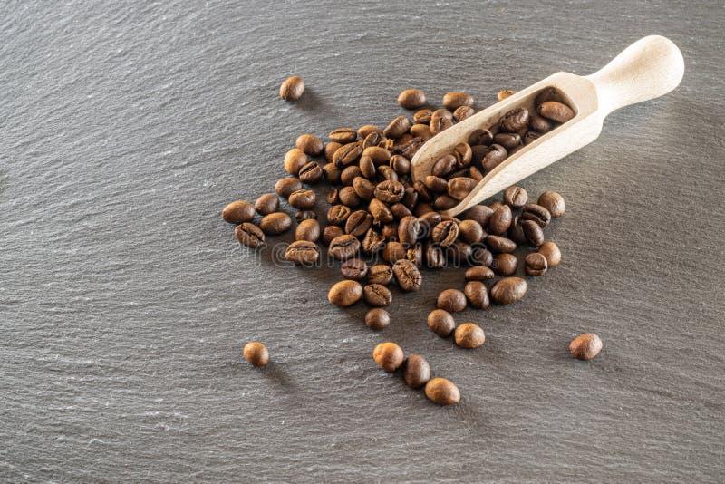 Granos de café oscuros sobre fondo de desayuno de cafeína negra Para una taza de café expreso o bebida Concepto de energía matuti imagen de archivo