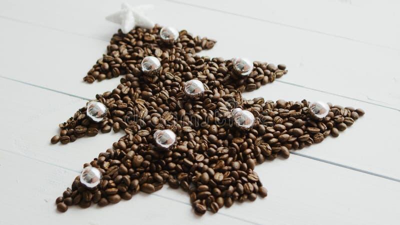 Granos de café puestos en la forma del abeto imagen de archivo