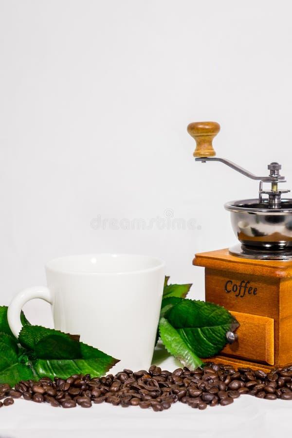 Granos de café, tazas, amoladora de café imagen de archivo