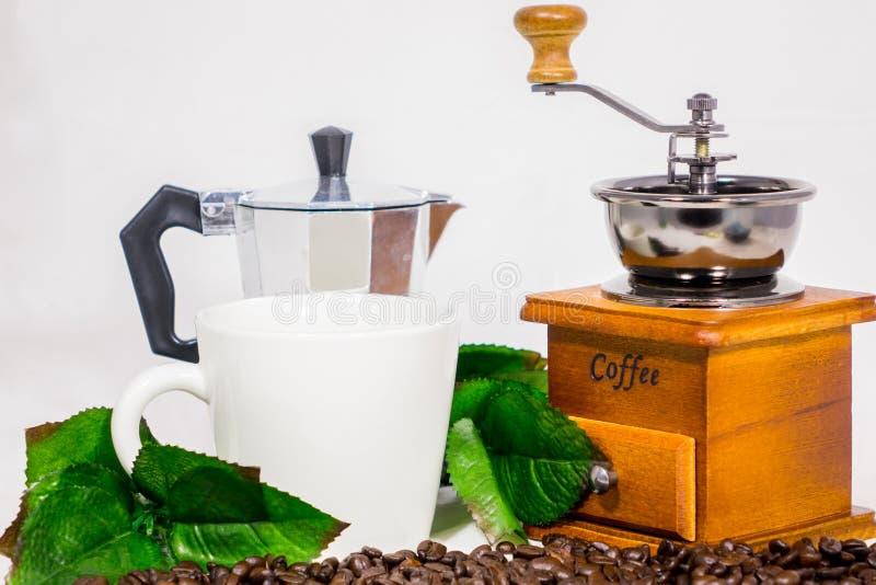 Granos de café, tazas, amoladora de café fotos de archivo