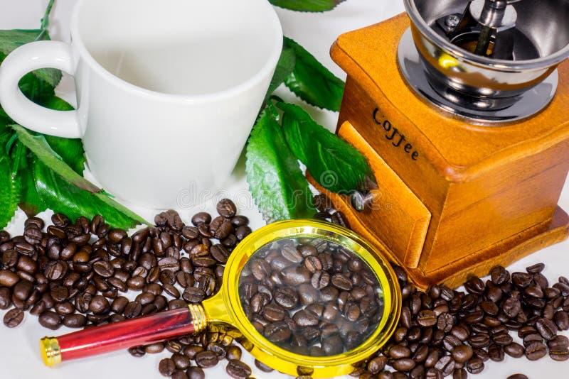 Granos de café, tazas, amoladora de café fotos de archivo libres de regalías