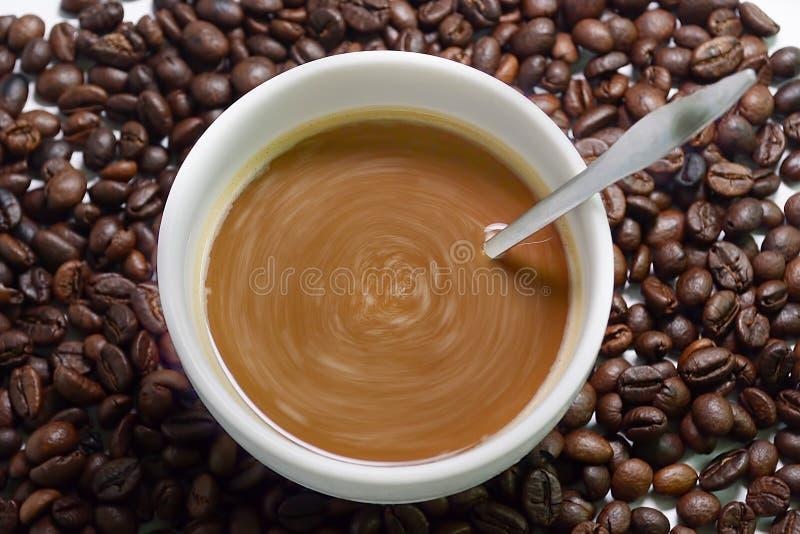 Granos de café y café foto de archivo libre de regalías