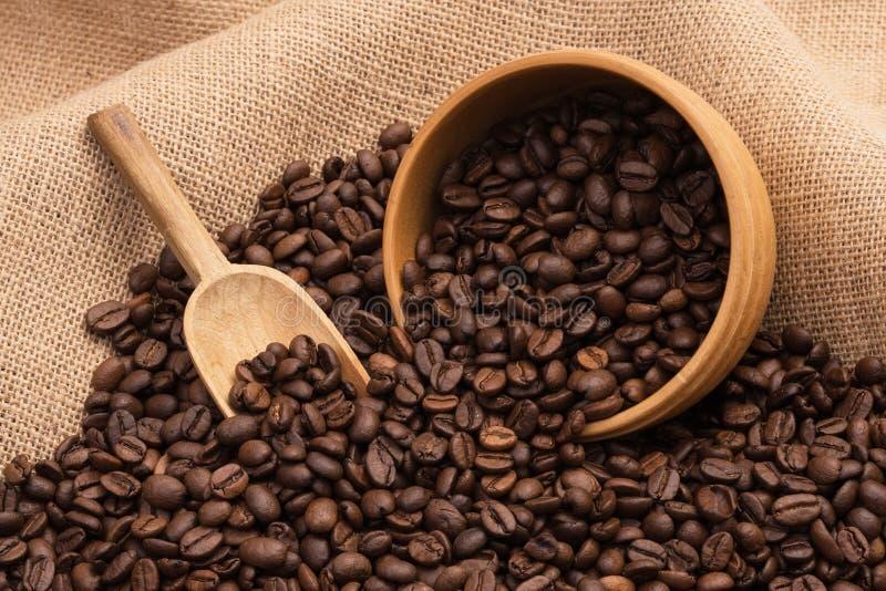 Granos de café y paño de saco imagen de archivo