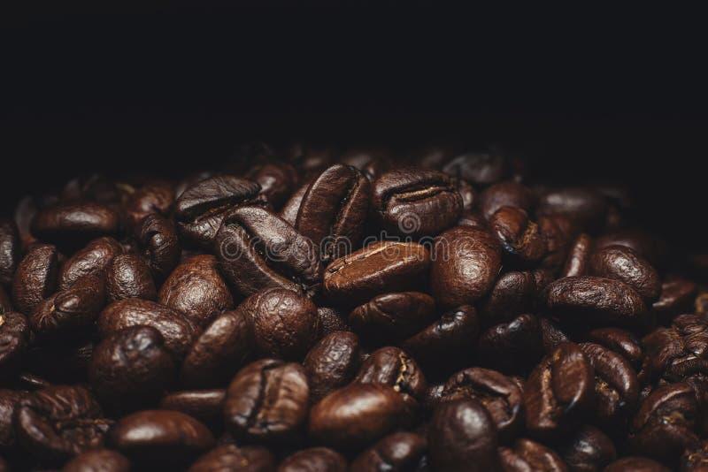 Granos de café y granos de café y pared marrón fotografía de archivo libre de regalías