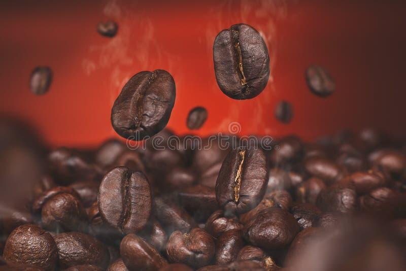 Granos de café y granos de café y pared marrón foto de archivo