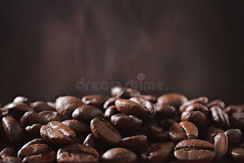 Granos de café y pared marrón con humo imagenes de archivo