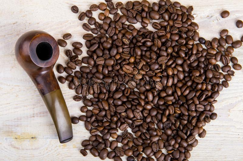 Granos de café y tubo que fuma imagen de archivo