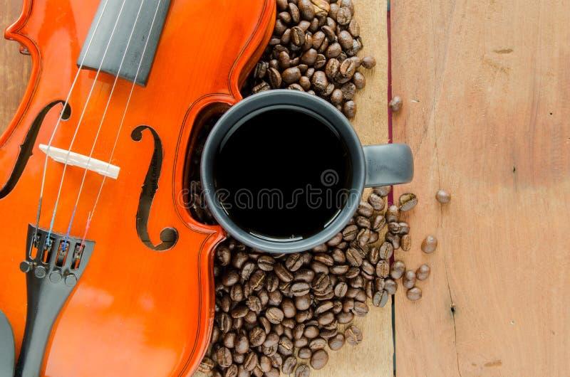 Granos de café y violín fotos de archivo