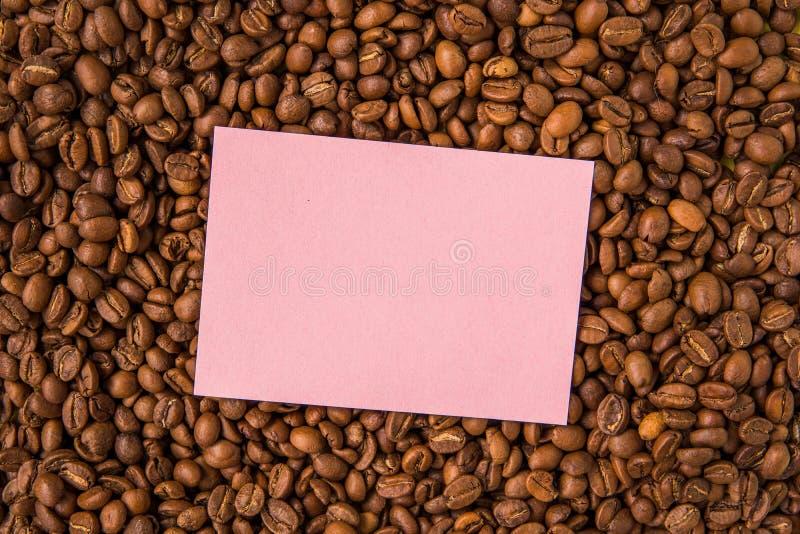 Granos de café y visión superior de papel vacía fotografía de archivo
