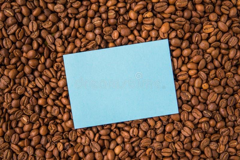 Granos de café y visión superior de papel vacía imagenes de archivo