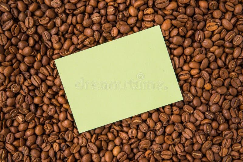 Granos de café y visión superior de papel vacía imagen de archivo