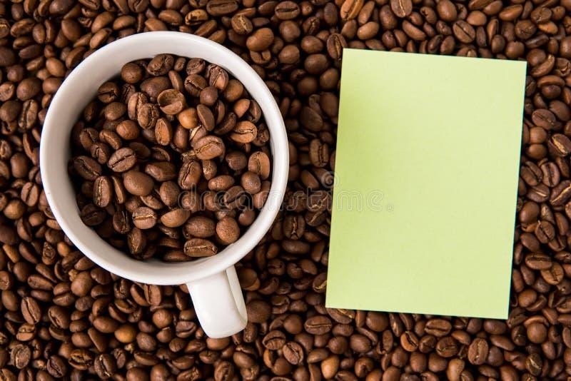 Granos de café y visión superior de papel vacía fotos de archivo libres de regalías
