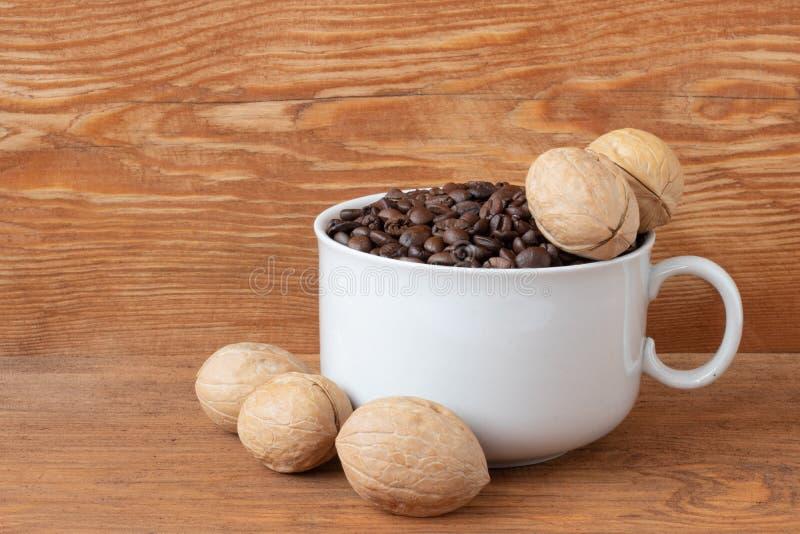 Granos de caf? en una taza fotos de archivo