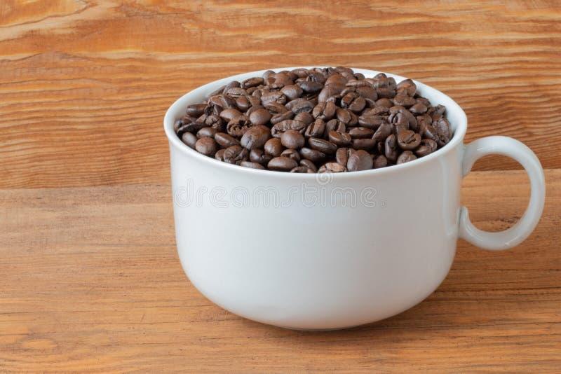 Granos de caf? en una taza fotografía de archivo