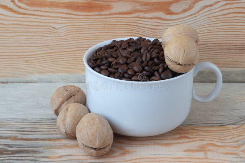 Granos de caf? en una taza imágenes de archivo libres de regalías