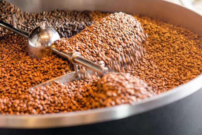 Granos de caf? recientemente asados de un asador grande en el cilindro de enfriamiento Falta de definición de movimiento en las h imágenes de archivo libres de regalías