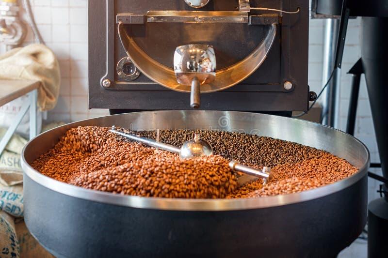 Granos de caf? recientemente asados de un asador grande en el cilindro de enfriamiento Falta de definición de movimiento en las h fotografía de archivo