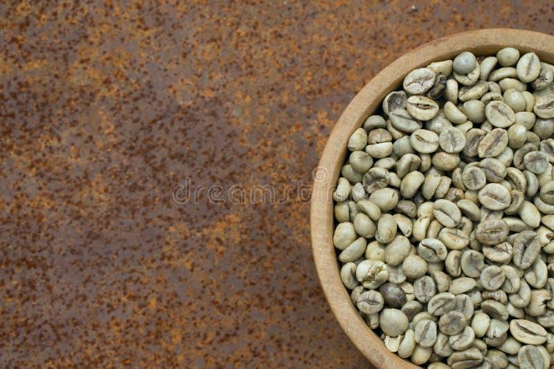 Granos de caf? verdes en taz?n de fuente de madera foto de archivo libre de regalías