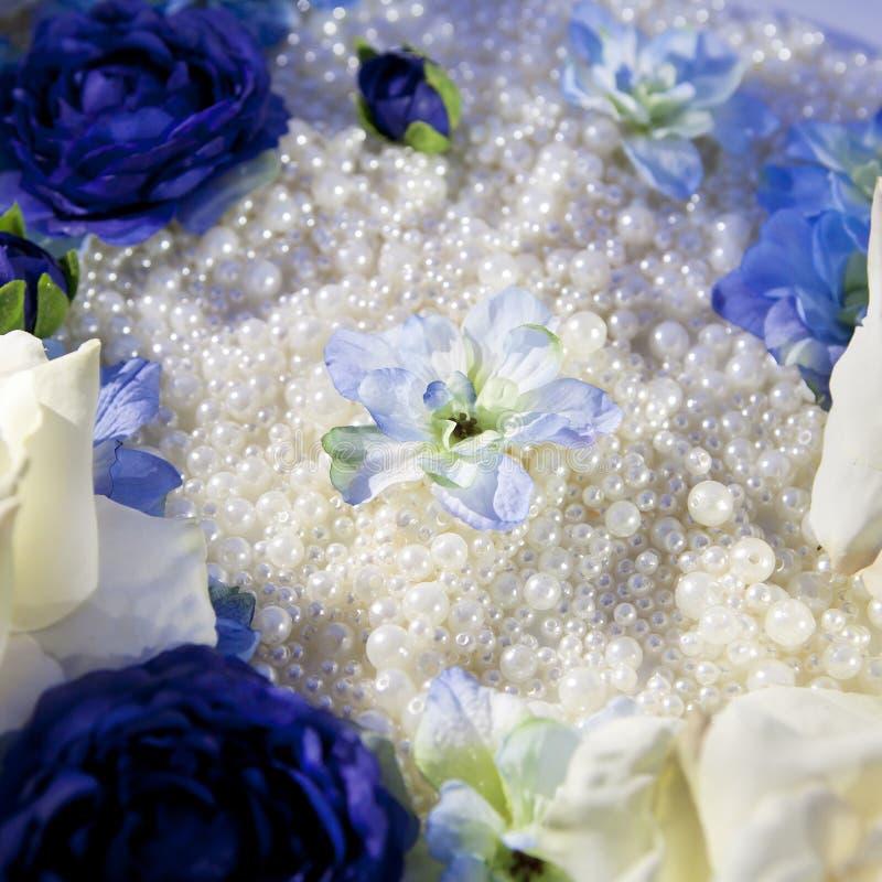 Granos de cristal con las flores artificiales imagen de archivo libre de regalías