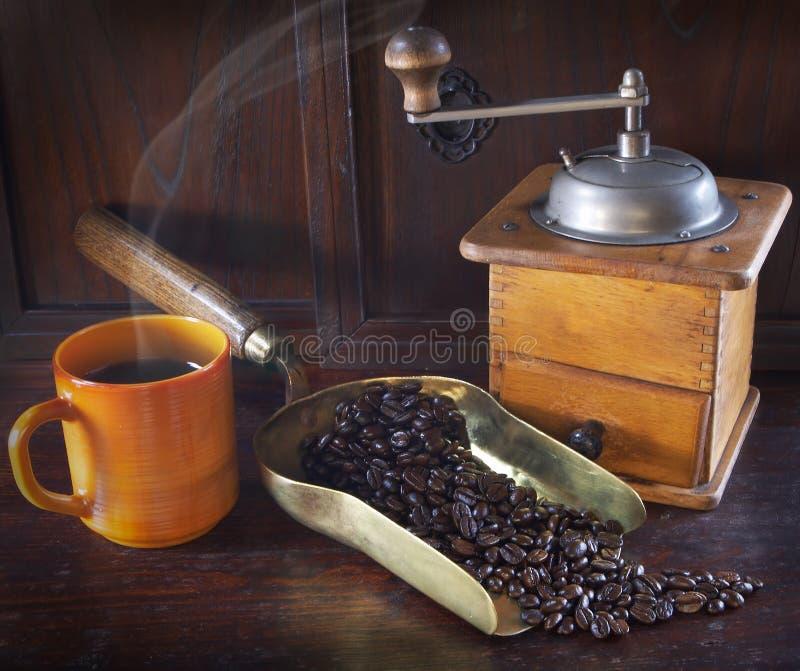 Granos de la amoladora y de café fotografía de archivo libre de regalías