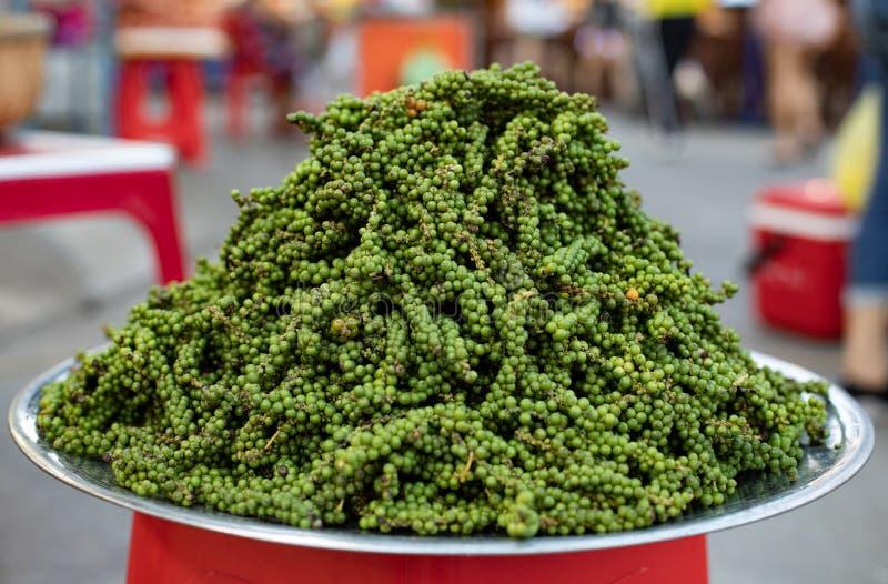 Granos de pimienta verdes en la placa Piele de las semillas de la pimienta verde Mercado de Asia, Vietnam fotografía de archivo