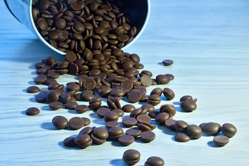 Granos del chocolate en la tabla imágenes de archivo libres de regalías