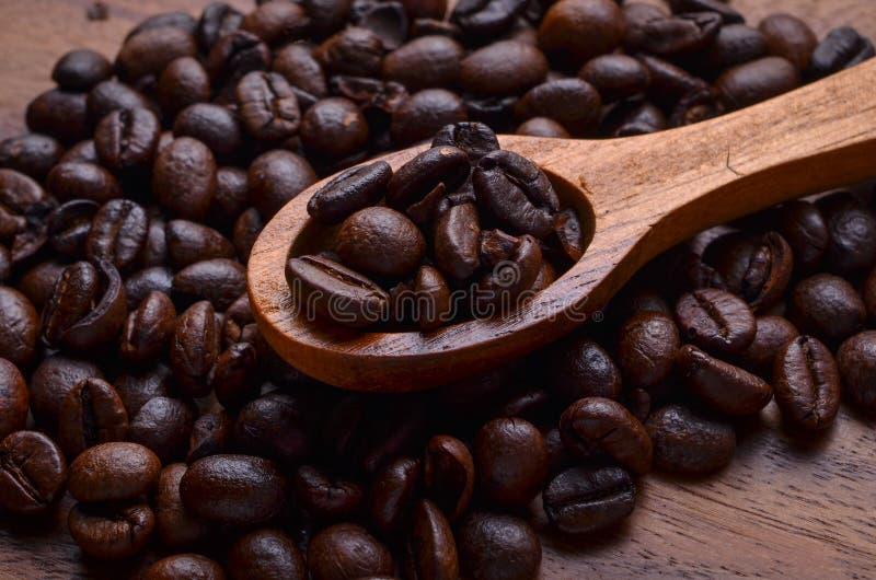Granos del fondo/de café de los granos de café en fondo de madera fotos de archivo