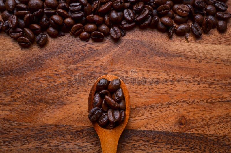 Granos del fondo/de café de los granos de café/granos de café en de madera imagen de archivo