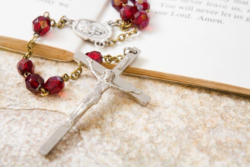 Granos del rosario en un libro de salmos foto de archivo