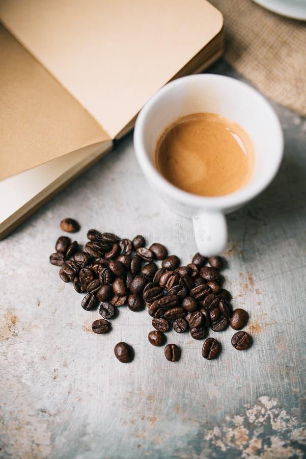 Granos frescos del café express y de café fotografía de archivo libre de regalías