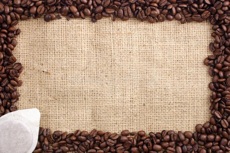 Granos y bolsita de café foto de archivo