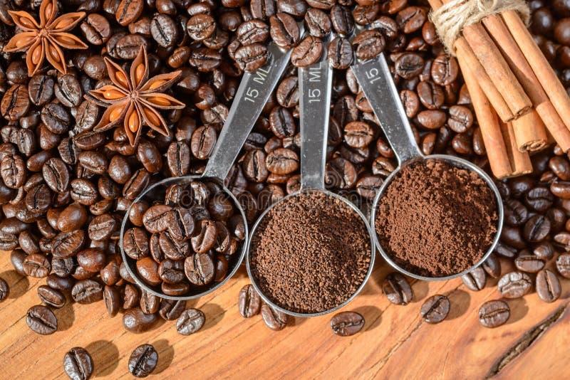 Granos y polvo de café en la cuchara fotos de archivo libres de regalías