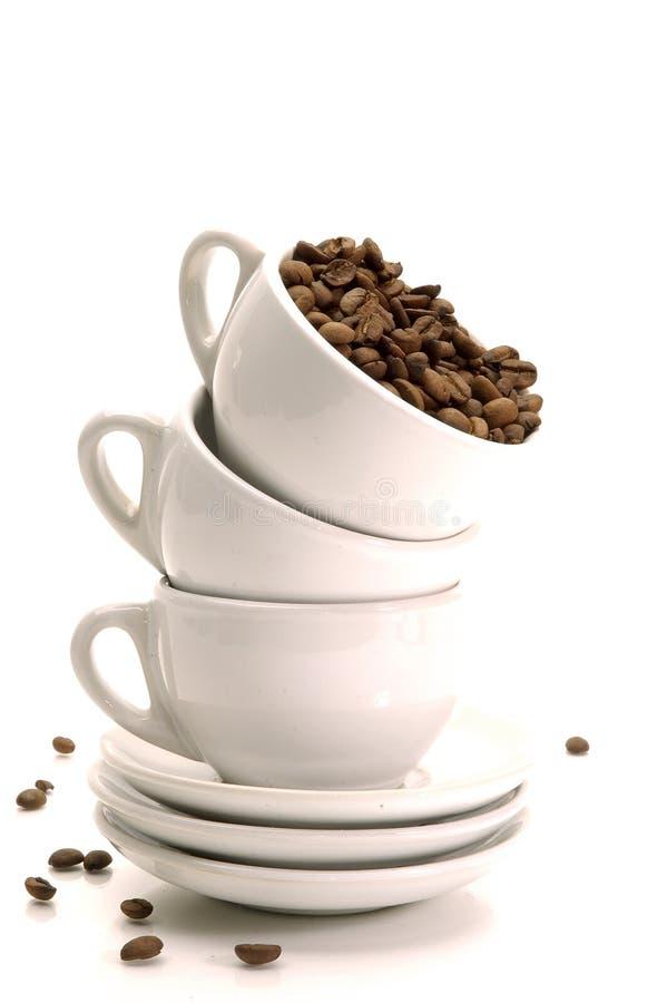 Granos y tazas de café fotos de archivo