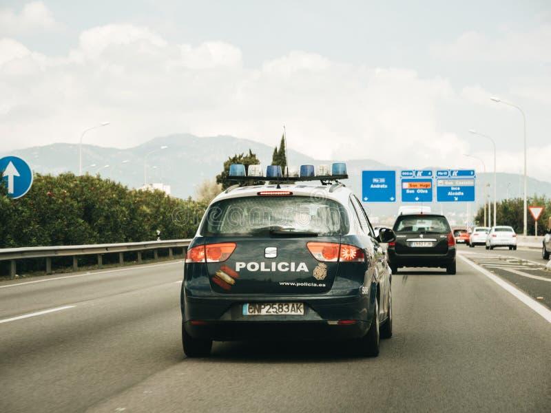 Granskande ö för polisbil av den Palma de Mallorca huvudvägen arkivfoton