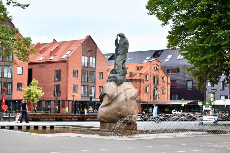 Granskning av monumentet till fiskaren i Klaipeda royaltyfri bild