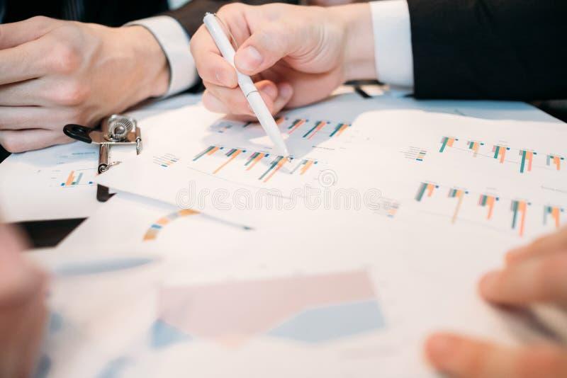 Granskning för data för diagram för affärsdiskussionsdokument arkivbilder