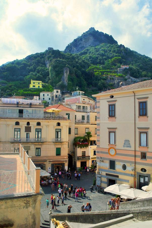 Granskningssikt av den italienska fyrkanten i Amalfi arkivbilder